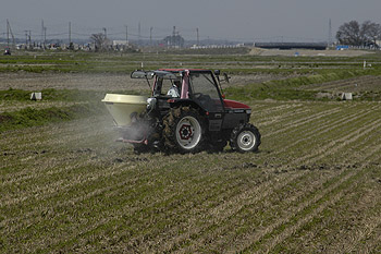 肥料散布08.4.15.jpg